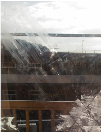 【アセトンが最強だった】窓ガラスに残った布テープの剥がした跡をキレイにする方法